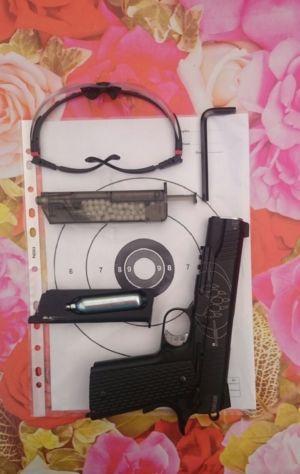 Tinta si pistolul Blackwater 1911 utilizate la poligonul Squad Store din cadrul Cluj Bike Fest