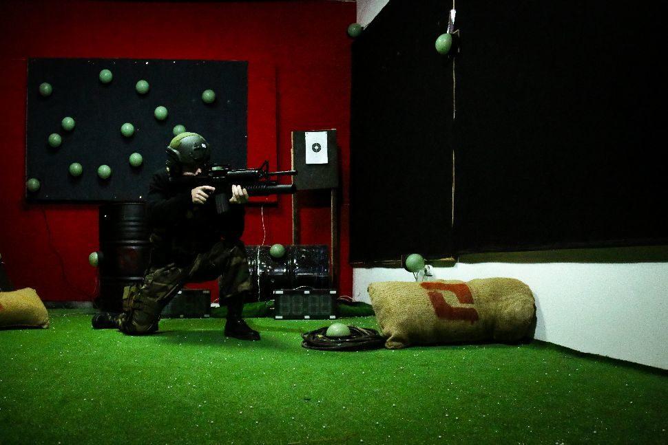 Jucator in Poligonul de airsoft squad store