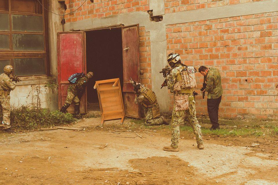 Jucatori in echipamente airsoft, pregatiti de lupta